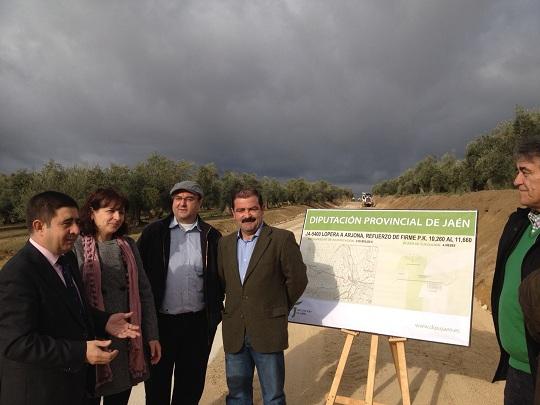 El presidente de la Diputación, Francisco Reyes, junto a los alcaldes de Lopera y Arjona. Foto: Diputación de Jaén.