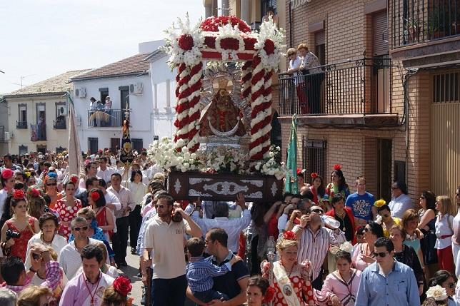 Cientos de romeros acompañaron a la Morenita en Lopera.