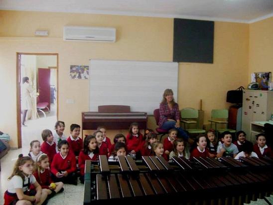 La concejala de Educación, Rosa María Fernández de Moya, con alumnos del Colegio Virgen del Carmen.