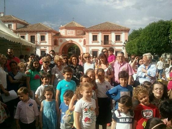 Familias que acudieron a la Plaza de España para participar en los talleres.