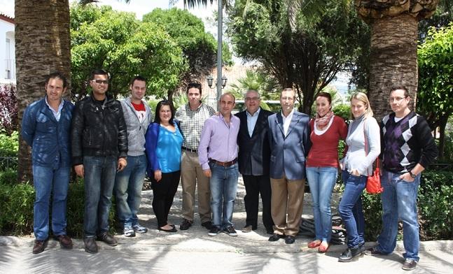 El alcalde de Andújar, Jesús Estrella y el delegado de Fomento y Vivienda de la Junta de Andalucia, Juan Antonio Sáez Mata, junto a las familias beneficiadas.