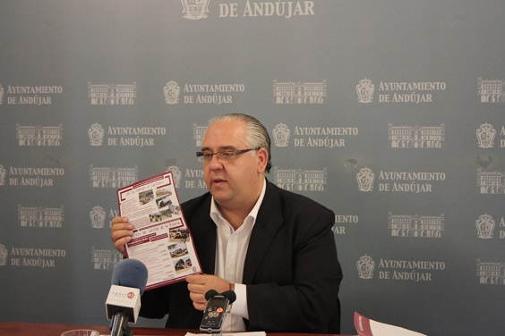 El alcalde de Andújar, Jesús Estrella, presenta la hoja informativa.