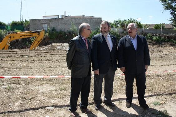 El ingeniero jefe del organismo de cuenca en Jaén, José Martín, el subdelegado del Gobierno, Juan Lillo, y el alcalde de Andújar, Jesús Estrella.