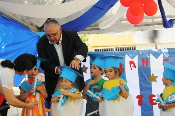 El alcalde de Andújar, Jesús Estrellla, junto a los niños de la Escuela Infantil Municipal.