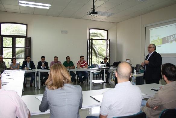 El alcalde de Andújar, Jesús Estrella, se dirige a los empresarios.