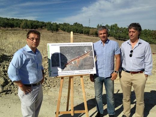 Francisco Huertas junto a Pedro Alcántara, ha visitado las obras de acceso a la estación de transferencia de residuos sólidos urbanos en Andújar.