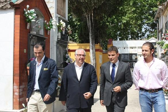 El alcalde de Andújar, Jesús Estrella, acompañado por el concejal de Servicios e Infraestructuras Urbanas, Félix Caler, el presidente de la sociedad Cementerio parque de Andújar, Jerónimo Jiménez, y su gerente, Damián Vilches.