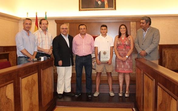 El alcalde de Andújar y el Concejal de Deportes junto a Arturo Segado y sus padres.