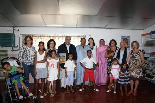 El alcalde de Andújar, Jesús Estrella, y Vicente Oya junto a los niños saharahuis.