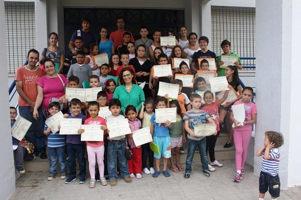 La concejala, Lola Martín, con los niños de la Escuela de Verano.