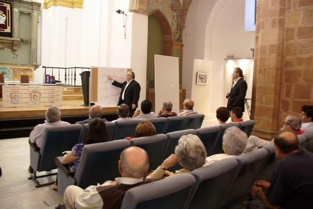 El alcalde de Andújar explica los pormenores de las obras.