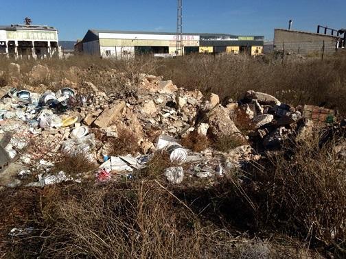 Vertido ilegal de escombros junto a un parque de Andújar.