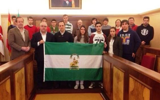 El alcalde de Andújar, Jesús Estrella, posa junto al equipo Eco-Jándula.