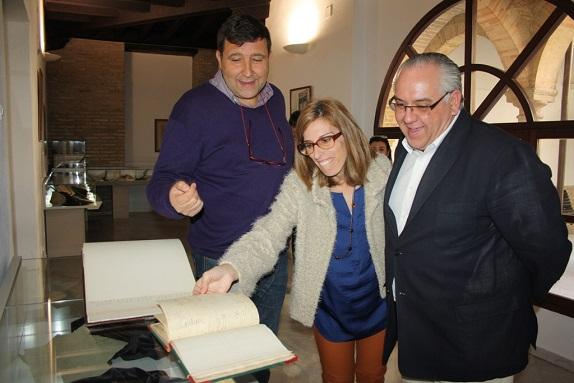 El alcalde de Andújar, Jesús Estrella y la concejala de Cultura, Delia Gómez, inauguran la muestra.