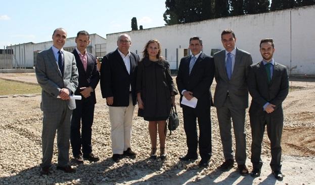Autoridades en el Cementerio Municipal de Andújar.