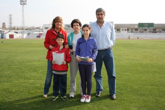 La concejala de Educación, Rosa María Fernández de Moya y el concejal de Deportes, Curro Martínez Martínez, junto a algunos niños.