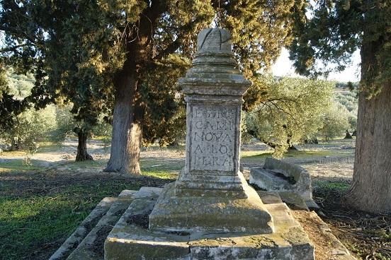 El pedestal de piedra de la Cruz de Mendoza, del siglo XVI.