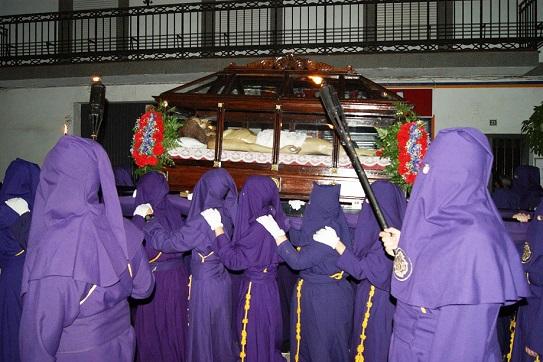 La procesión del Santo Entierro llenó de silencio las calles de Lopera.