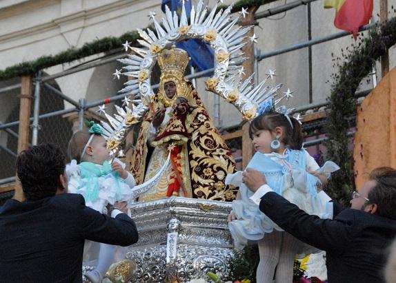 Un momento de la Ofrenda de Flores a la Virgen de la Cabeza celebrada en Andújar.