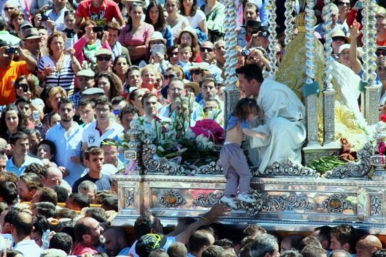 El buen tiempo acompañó a la Virgen de la Cabeza en su procesión.