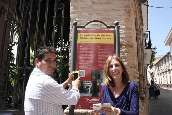 La Concejala de Cultura, Delia Gómez, y  el profesor, Ginés Ciudad Real.