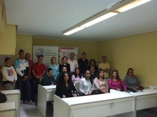 Joaquín Luque junto a los alumnos participantes en el curso de inglés.