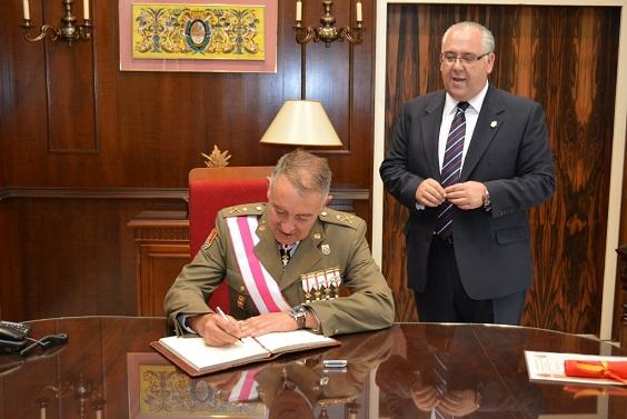 Protocolario acto de firma en el libro de honor del Ayuntamiento de Andújar.