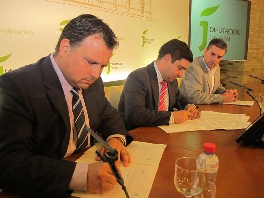 Ismael Perea, Francisco Reyes y Ángel Vera, durante la firma del convenio de colaboración para el mantenimiento de los centros Guadalinfo.