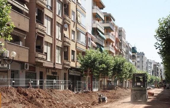 Estado actual de las obras en la calle Corredera de Capuchinos, en Andújar.