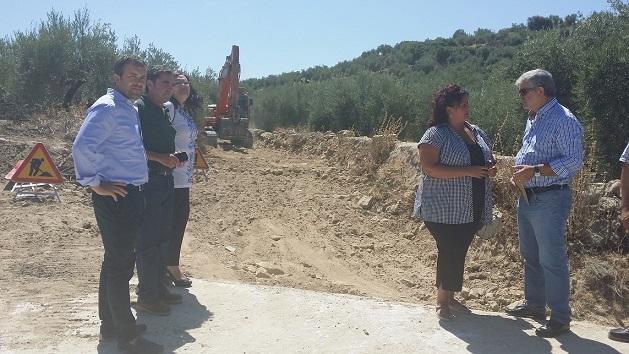 El delegado de Agricultura y Medio Ambiente, Julio Millán, y el alcalde de Porcuna, Miguel Antonio Moreno, junto a un camino rural.