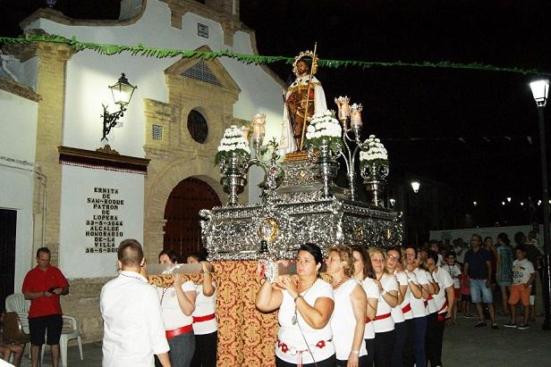 Una imagen del traslado procesional de San Roque por las calles de Lopera.