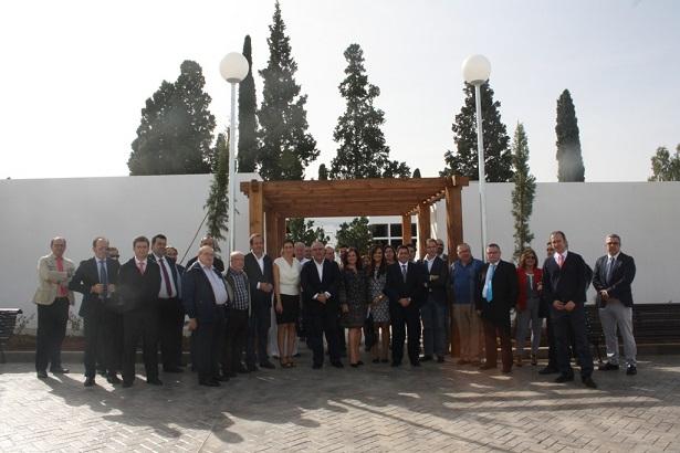 Jesús Estrella, en el centro, junto con autoridades municipales, de la empresa y vecinales.