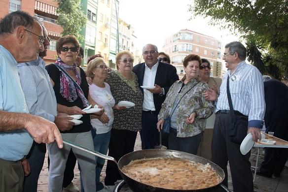 El alcalde de Andújar, Jesús Estrella,  ha acompañado a los mayores en esta jornada.