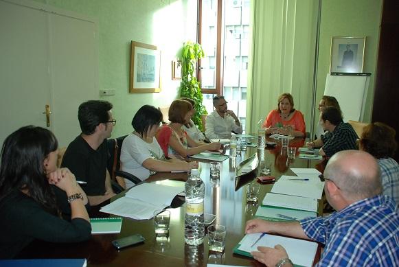 La delegada de Políticas Sociales, Ángeles Jiménez, se reúne con representantes de entidades de ayuda social.