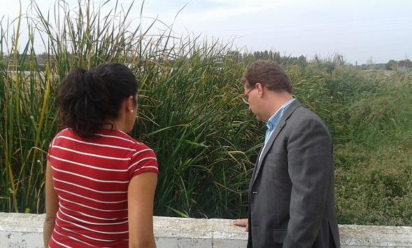 Francisco Huertas visita los alrededores del Arroyo Mestanza.