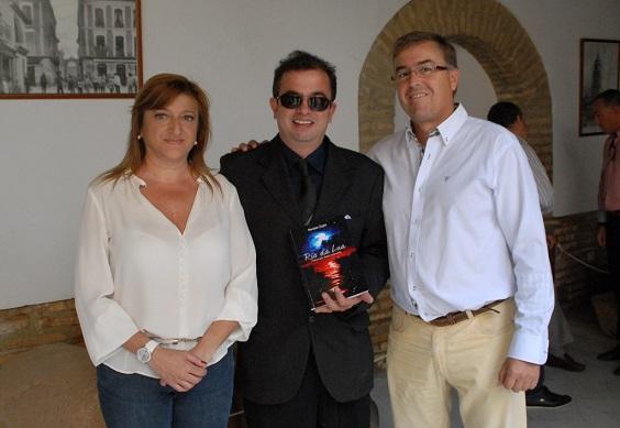 El escritor Renato Zupo  posa con su nuevo libro.