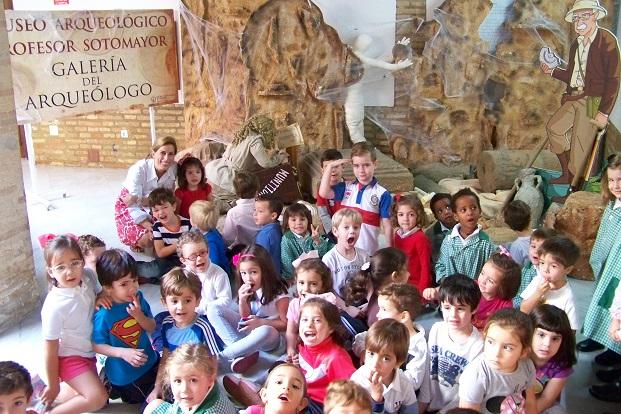 La concejala de Cultura, Delia Gómez, junto a los niños en el Museo Arqueológico de Andújar.