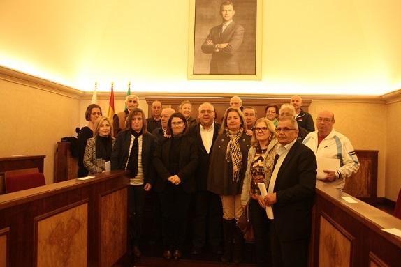 El alcalde de Andújar, Jesús Estrella, junto a los representantes de los colectivos.