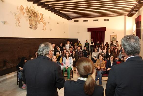 El alcalde de Andújar, Jesús Estrella, mantiene un encuentro con los jóvenes.