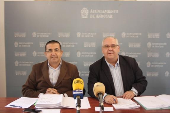 El concejal de Economía y Hacienda, Manuel Fernández, y el alcalde de Andújar, Jesús Estrella.