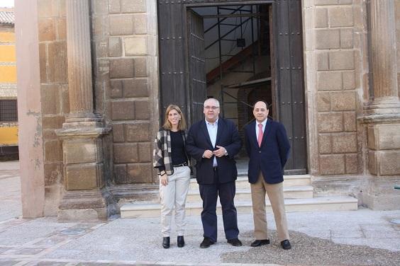 El alcalde de Andújar, Jesús Estrella, junto a Delia Gómez y Miguel González.