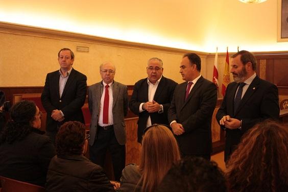 El alcalde de Andújar, Jesús Estrella, se dirige a los afectados.
