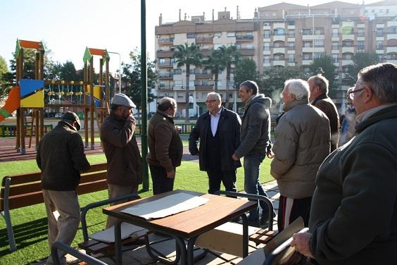 El alcalde de Andújar, Jesús Estrella, charla con los vecinos del Parque de San Eufrasio.