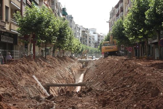 Obras de conducción del agua en la calle Corredera de Capuchinos, de Andújar.