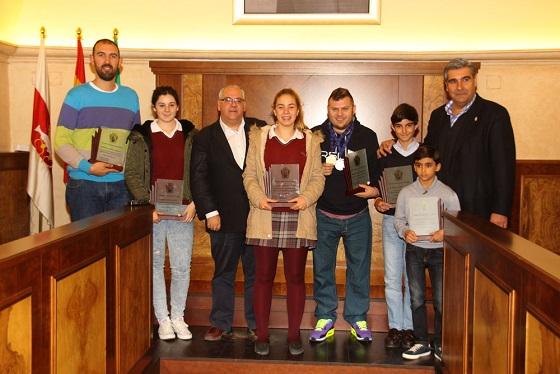 Foto de familia de los homenajeados por el Ayuntamiento de Andújar.