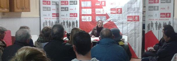La socialista Pepa Jurado se dirige a los vecinos de Andújar.