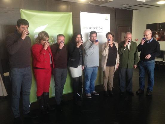 Ángeles Férriz, en el centro, flanqueada por los miembros del jurado de esta cata concurso.