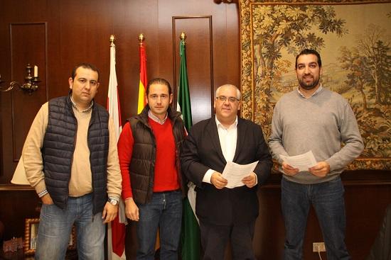 Acto de la firma del convenio entre el Ayuntamiento y la asociación Radio Taxi de Andújar.