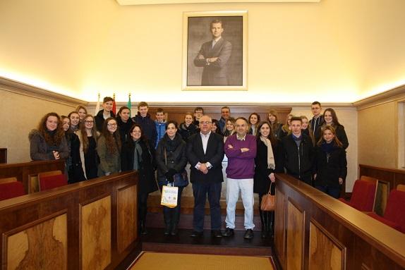 El alcalde de Andújar, Jesús Estrella, junto a los jóvenes ingleses.