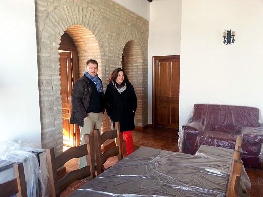 Ángeles Ferriz y Blas Alves durante la visita al albergue de la población de La Quintería.